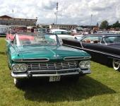1959 Chevrolet Impala Convertible i mycket fint skick, även om färgvalet inte var original. Notera extra stötfångarskydd. Till höger i bild en customizerad 1957 Lincoln.