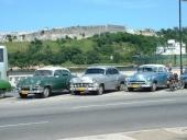 Det i särklass vanligaste bilmärket på Cuba är Chevrolet. Här har det sammanstrålat två 1954 och en av 1951 års modell.