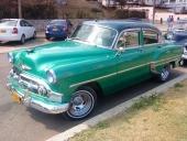 Det här var en så snygg 1953 Chevrolet Bel Air 4dr Sedan, så det blev flera bilder på samma bil. På parkeringen mitt emot en rad moderna småbilar. Och bakom den här vagnen står en fin 1951 Chevrolet.