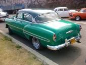 Snygg även i aktern. Bilen till vänster är en 1956 Ford Fairlane och på snedparkeringen Ford och en 1955 Chevrolet.