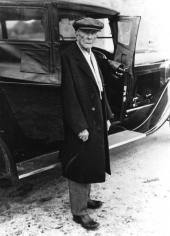 John D. Rockefeller poserar ganska nöjd vid sin födelsedagspresent den 8 juli 1917, då 78 år gammal.