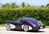 Bilen saknar bakruta och reservhjulet är placerat utanpå aktern. Det sistnämnda är inte konstigt eftersom Bill Flajole var med och skapade 1939 Continental.