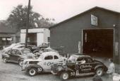 Bröderna Flock och Gober Sosebee utanför Cherokee Garage. Ett glödhett ställe i slutet på 40-talet i NASCAR-sammanhang.