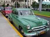 Jag säger ju det — Chevrolet i långa led! Närmast en 1949 faktiskt i rätt färg, men tyvärr har den tappat en del av garnityret i fronten. Där bakom en röd 1952 Chevrolet.