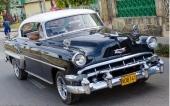 En verklig pärla! En 1954 Chevrolet Bel Air Sport Coupe, svart med vitt tak. Extra stötfångarhorn (vanligt även i USA) och dubbla yttre backspeglar!