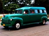 Hoppsan! En Chevrolet Suburban från tidigt 50-tal. Avsevärt förlängd och dessutom med förhöjt tak! Med säkerhet vilar den på en Chevrolet lastbilsram. Nog bland det mest gröna man sett…