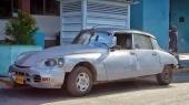 Tro inte att det enbart finns amerikanska bilar från förr på Cuba! Denna Citroën DS 21 Pallas har säkerligen varit med om en del. En av de fulaste hemskheterna, även om det finns några som är ännu värre…