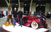 Till vänster i bild ägaren Bruce Wanta tillsammans med konstruktören och byggherren Troy Ladd – och det den imponerande prispokalen!