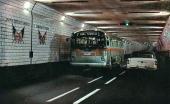Senare delen 50-talet. En 1954 Buick på väg till Windsor möter en buss på väg till Detroit. Notera gränsmarkeringen mellan USA och Canada på tunnelväggen.