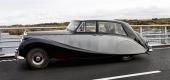 En värdig 1959 Rolls-Royce Silver Wraith med kungen i baksätet.