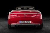 Om någon skulle sväva i tvivelsmål om vad sorts bil det är, så har man försett aktern både med Mercedes-stjärna och namnet Maybach.