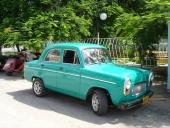 En liten brittisk Ford Prefect med numera lackerade stötfångare. Men i övrigt välbevarad original.
