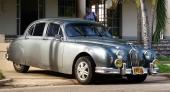 Ännu en Jaguar. Dessutom i till synes fint skick, men kan den verkligen ändå vara en vårdad bruksbil? Rejäla extralampor dämpar elegansen.