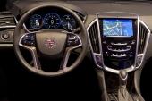 Cadillac ATS med CUE instrumentering och färganpassad ratt. Massor av reglage är placerat bekvämt inne i ratten.