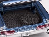 Välformat bagageutrymme med korrekt matta och reservhjul.