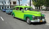 Vagnparken på Cuba skiljer sig från allt annat i världen! Vad som helst i fordonsväg kan vara en taxi, som denna 1946-1947 Cadillac. Byggd på ett Series 86 Commercial chassi som användes till ambulanser och begravningsbilar. Vågar vi gissa att den var svart som fabriksny? I bakgrunden en 1955 Buick taxi.