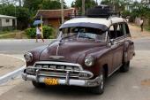 Lite mer som vi varit vana att se cubanska bilar i fungerande bruksskick. Detta är en 1952 Chevrolet Station Wagon med lite bristfälligt monterat takräcke.