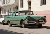 Utanför det här gallerförsedda huset har en ilsken, fullt fungerande 1959 Dodge Sierra Wagon parkerats.