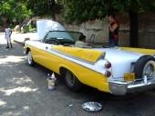 Smärre mekaniska justeringar utefter trottoarkanten på en 1957-1958 Dodge Convertible som försetts med Connie-kit.
