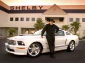 Carroll Shelby för fem år sedan, stående vid en 2007 Ford Shelby GT Mustang.