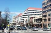 Här rusar trafiken fram på Wisconsin Avenue i stadsdelen Heights. Från välrenoverade äldre hus i Georgetown till supermodern bebyggelse i Heights. En positiv bild av USA.