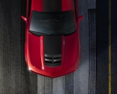 Ett säkert kännetecken är den nydesignade motorhuven i aluminium med luftintag i carbonfiber.