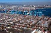 Visst är containertrafiken den absolut största! Men det är mycket styckegods som ju inte kan köras ombord på sina egna hjul. Detta är en del av containerhamnen i Los Angeles!