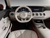Studera detaljerna inklusive den lilla röda dekoren till vänster om ratten! Genom att låda panelens design liksom flyta ut i dörrsidorna ges visionen av en bredare vagn, än vad det är.