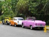 Kan den gula bilen med svarta skärmar vara en Ford från mitten av 30-talet? Volkswagen baklampor är en vanlig syn på Cuba. I mitten en solklar 1956 Chevrolet, men den rosalila saken då? Jovisst, en 1950 Ford Convertible!