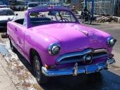 Ännu en bild på den rosalila, 1950 Ford Convertible, som så många andra försedd med ögonlock.