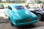 Dessa lite udda färger är mycket vanliga på cubanska custombilar. Ja, det är före detta nedgångna bruksbilar som rustats upp av en yngre generation. Lackeras sedan i en enda färg, både karosseri och stötfångare. En 1949 eller 1950 Chevrolet Fleetline 2dr Sedan.