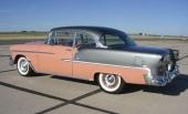 Färgkombinationen Coral och Shadow Gray Metallic var populär. Bilen gick att få med instrumentpanelen valfritt i rosa eller grått.
