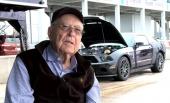 Carroll Shelby var aktiv in i det sista med utvecklingen högprestandavagnar från Ford. Bilen är en Ford Shelby GT500, platsen Sebring International Raceway och tiden den 19 januari 2012. När bilden togs hade Carroll mindre än fyra månader kvar att leva!