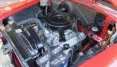 Ett vackert motorrum med Hy Fire V8 tronande i original silvermetallic.