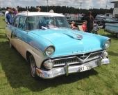 En 1955 Ford? Nej — inte alls! Och inte heller en Mercury, som det råkar stå i bilens registreringspapper! Bilmärket är Meteor och tillverkades av Ford Motor Company of Canada Ltd. Bilmärket Meteor var tänkt som en lite mindre och billigare bil till det canadensiska bilmärket Monarch. Det sistnämnda var motsvarigheten till Mercury från USA. Den här bilen är en 1955 Meteor Rideau 4dr Sedan.