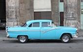 1956 Ford Fairlane i ett fint och representativt skick. Uppiffad med kromade strålkastarsargar och emblem på framskärmarna.