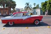 Ännu en mycket fin 1956 Ford Fairlane. Denna i tjusig tvåfärgslackering i tre fält. En vagn som ägaren kan vara stolt över.