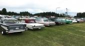 Ännu ett svep av den läckra uppställningen av samlarbilar! Längst till vänster naturligtvis en 1957 Chevrolet Bel Air, till höger en 1963 Ford Galaxie 500 Sunliner, följd av en rosa 1962 Cadillac Coupe de Ville.