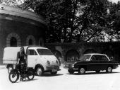 En nostalgisk fabriksbild med en DKW leveransbil med glad uppsyn, tillsammans med den då sprillans nya DKW F102.