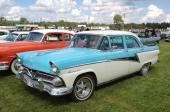 Det ansågs viktigt att även kromdekoren skiljde Meteor från Ford. Listerna utefter karosserisidorna är således original, enbart fälgarna är custom.