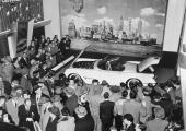 Naturligtvis kunde GM växla kulisserna! Entusiastiska åskådare flockas runt underverket!