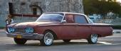 Denna ovanliga 1960 Ford Fairlane 500 är sannolikt under renovering. Nya kromfälgar och däck med vit sida, men den tycks sakna lack än så länge!