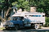 Här var det en riktig fullsize Ford! Eftermonterade dubbla strålkastare. Snyggt! Annan grill och en främre stötfångare som till synes kan knuffa bort järnvägsvagnar!