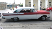En mycket tidig 1957 Mercury Montclair med enkla strålkastare. Jo, det syns även från sidan eftersom även framskärmarna var olika. Under pågående modellår fick Mercury dubbla strålkastare, varvid man var tvungen ändra formen även på skärmen.