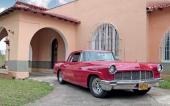 En oklanderlig 1956 Continental Mark II framför en imposant byggnad. Detta är en del av Cuba idag!