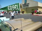 Edsel marknadsfördes även utomhus, men det är lite konstigt. Alla tittar åt annat håll!
