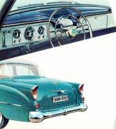 Instrumentpanelens design var mycket omtyckt. Notera att blinkers-spaken har en inbyggd knapp för att kunna ge omkörningssignal med helljuset utan att hålla på med golvknappen! 1956 gavs mer markerade stjärtfenor och vertikalt placerade baklampor.