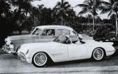 En klassisk reklambild med en 1953 Chevrolet Bel Air 4dr Sedan med en familjefar bakom ratten. I den extremt låga och smäckra sportvagnen Chevrolet EX-122 sitter hustrun och parets son!