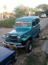 En härligt nostalgisk Willys Jeep Wagon, bara försedd med lite extralampor.