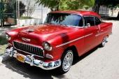 En fint renoverad 1955 Chevrolet Bel Air Sport Coupe. Ser ganska grym ut med den röda lacken och kraftigt tonade fönster!